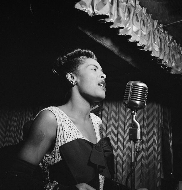 640px-Billie_Holiday,_Downbeat,_New_York,_N.Y.,_ca._Feb._1947_(William_P._Gottlieb_04251)